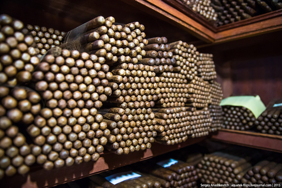 16. После того, как сигары отлежатся в хьюмидоре, их упаковывают и отправляют в продажу.