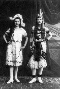 Дочери П.А.Столыпина Александра (слева) и Ольга в маскарадных костюмах.