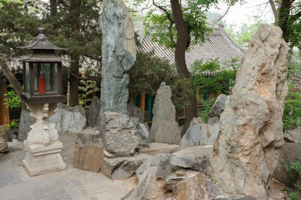 Скалы и светильник, резиденция Гунвана, Гунванфу, Пекин