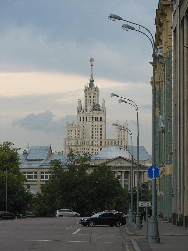 Старая площадь, вид на высотку на Котельнической