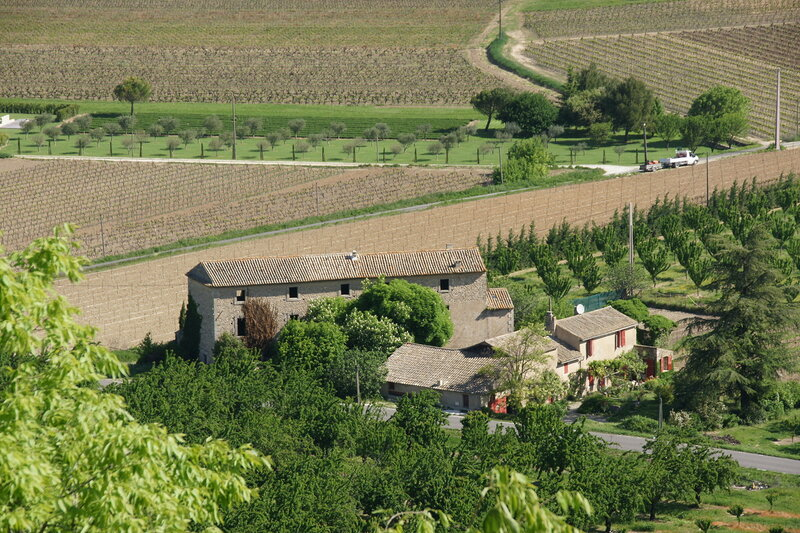 Деревенский дом , вид из  г. Менерб (Ménerbes), Прованс, Франция, май 09