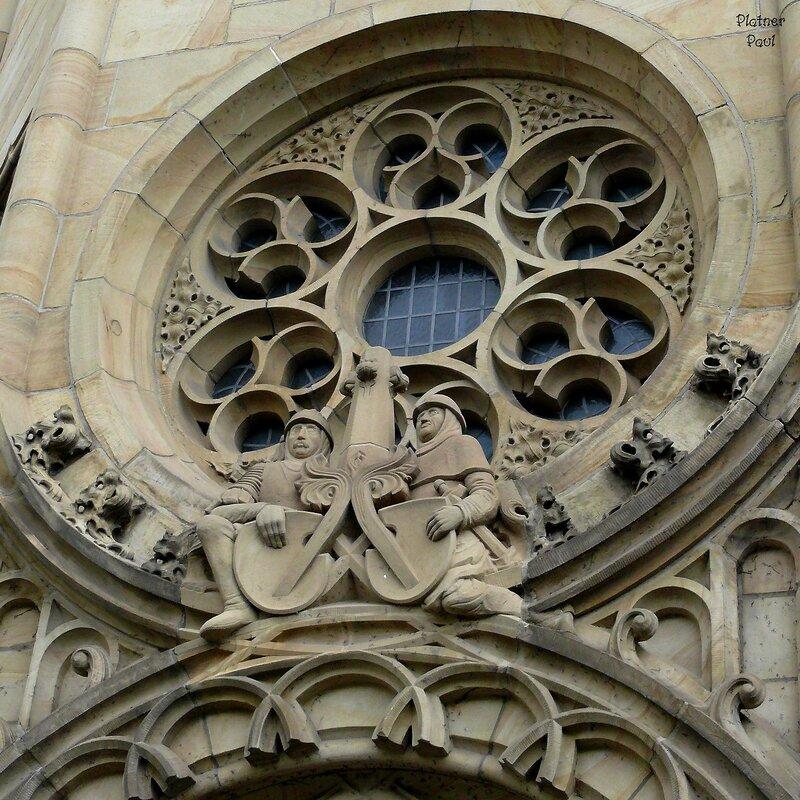 Наверное эти Рыцари с другого здания тоже напоминани о Ордене?