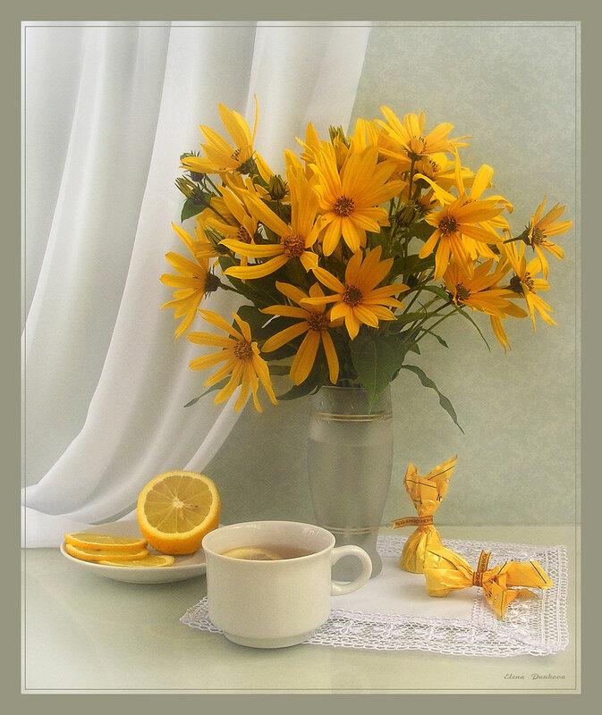 Чай с лимоном и конфетами