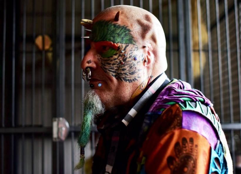 Человек-попугай. Шокирующая модификация тела пенсионера из Великобритании