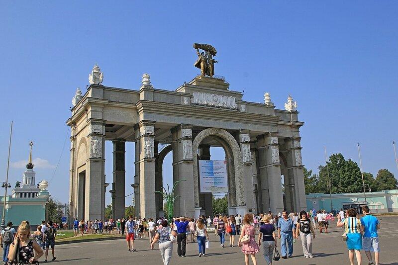 ВДНХ: главный вход - колоннада и арки, скульптура тракториста и колхозницы