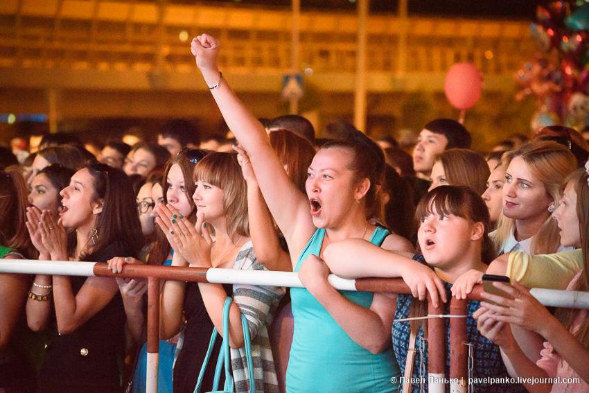 радостные зрители на концерте