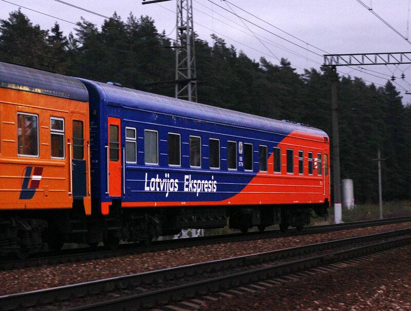 ЧС7-062 с поездом №1 Москва - Рига на станции Нахабино в новом окрасе ЛДЗ