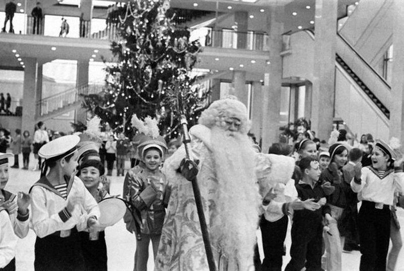 Новогодняя елка в Кремлевском Дворце съездов. 1969 год. Фото Николая Акимова и Льва Портера. Фотохроника ТАСС 1969 КДС...jpg