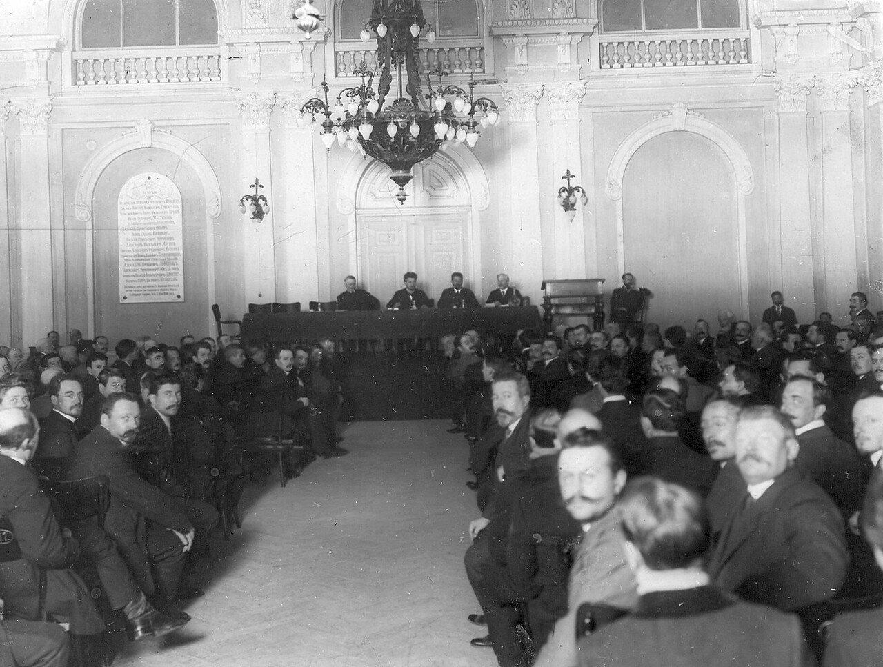 Собрание избирателей по второму разряду городских избирателей в зале Калашниковской биржи накануне выборов в Четвертую Государственную думу