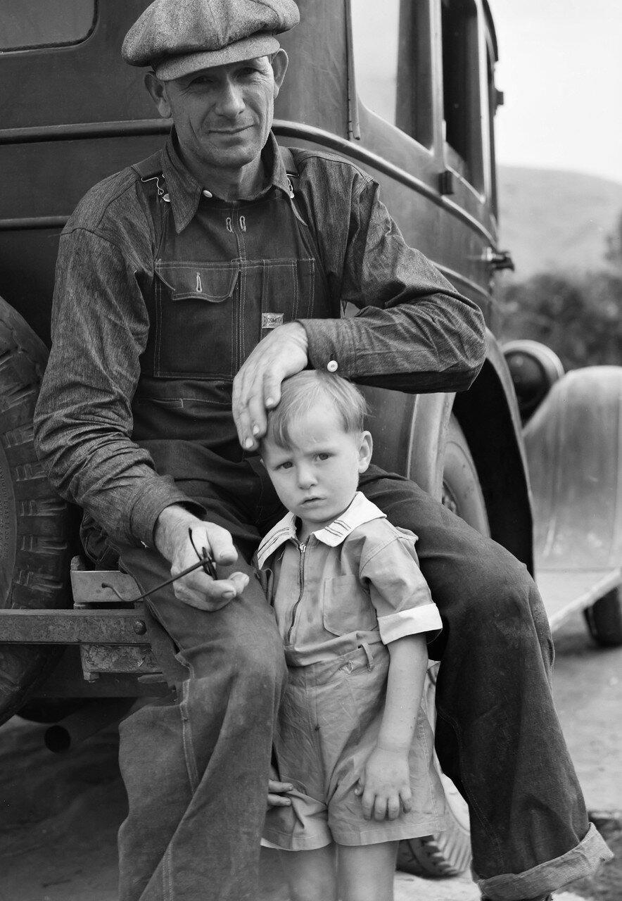 1936. Мигрант из Полка, штат Миссури. Ждет начала сезона сбора апельсинов в Портервилле, Калифорния