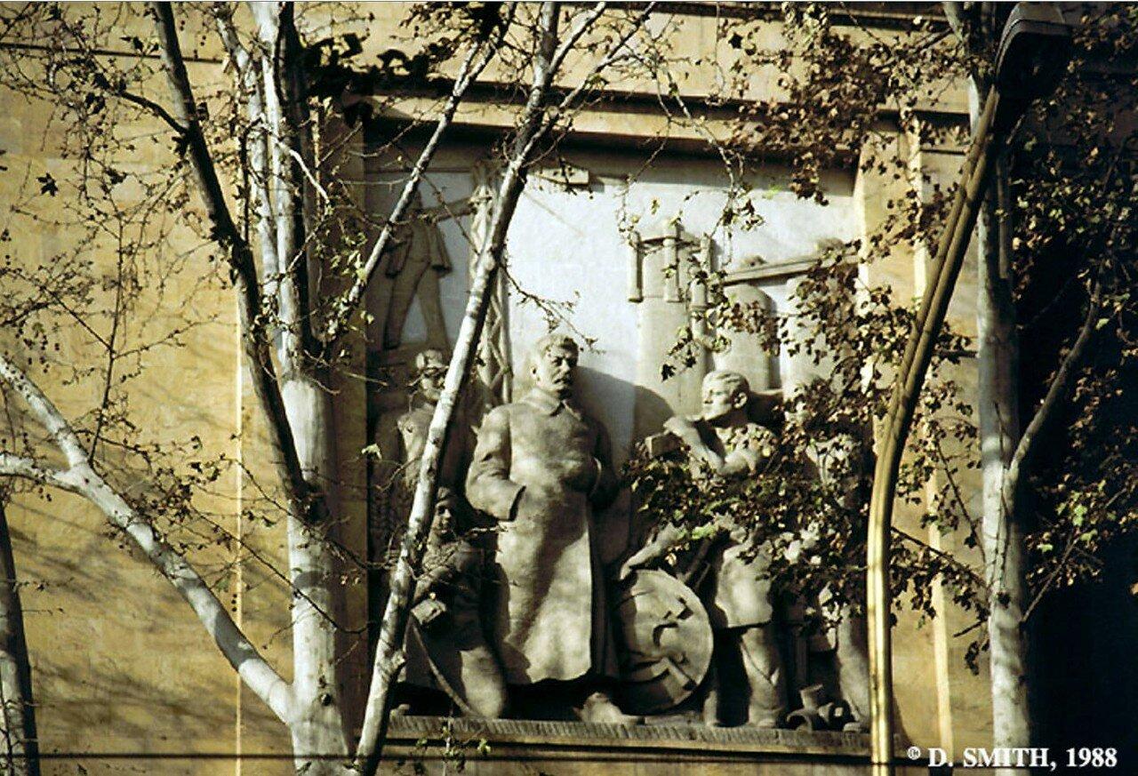 Барельеф на здании на улице Руставели, изображающий Сталина и Ленина