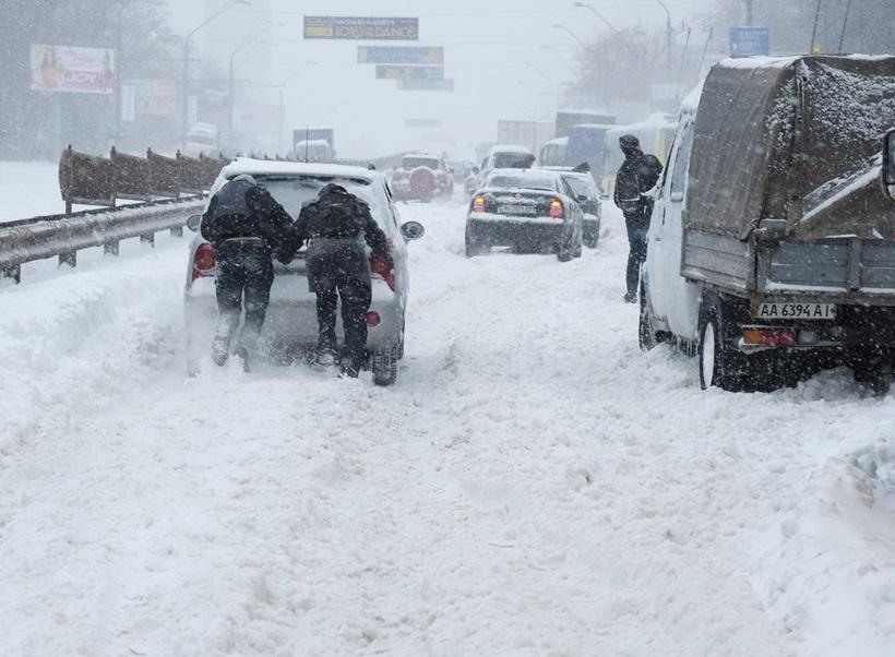 Сильный снегопад парализовал дорожное движение Украины 0 13d2d5 e31f2f0e orig