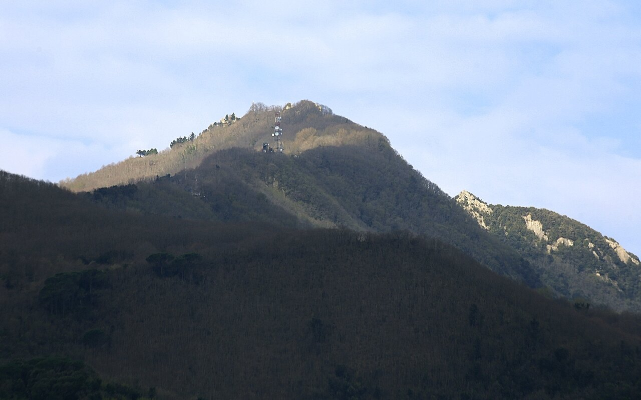 Искья. Виды с монастырской террасы Арагонского замка. Монте Эпомео