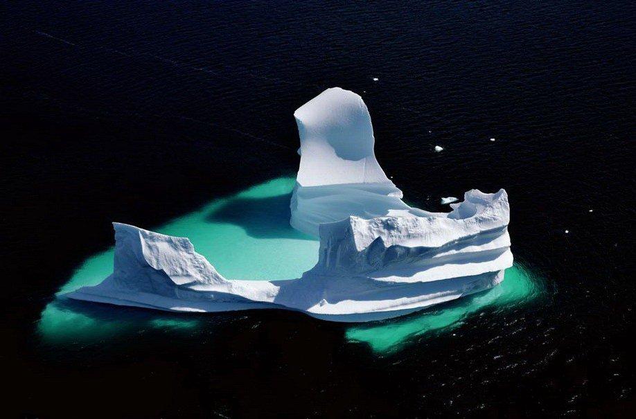 51. Растаявший айсберг во фьорде в Гренландии.