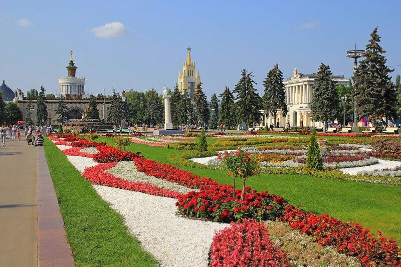 Цветы и парковая архитектура на клумбах главной аллеи ВДНХ