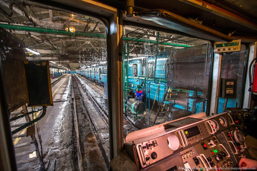 Как моют вагоны метро