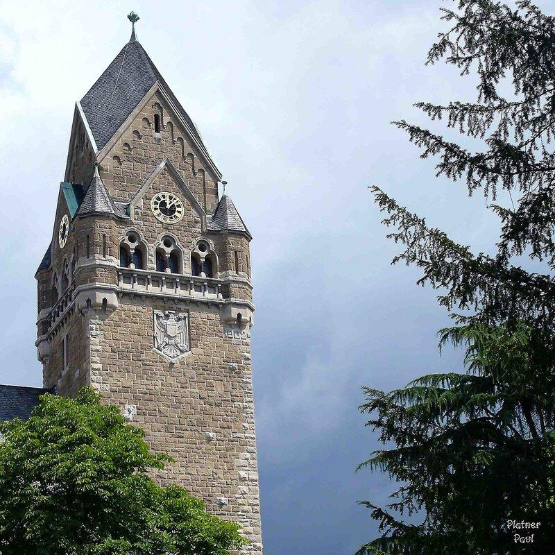 Эта красивая башня дворца Крестоносцев возвышается нал Рейном, показывая мощь ордена....