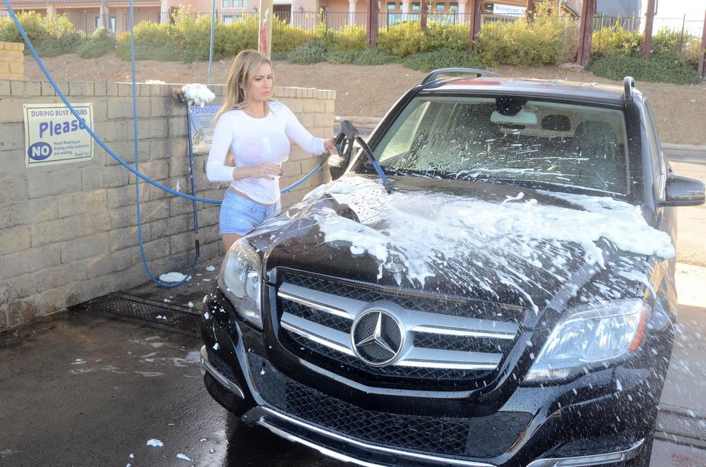 Ана Брага на автомойке