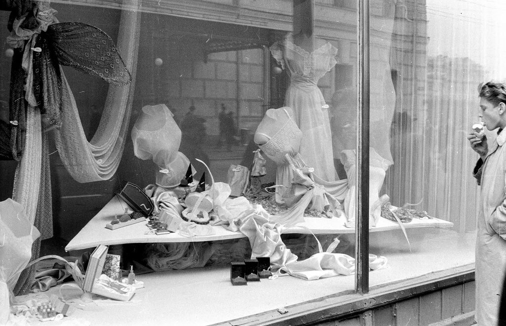 Russia, man at shop window display in Moscow