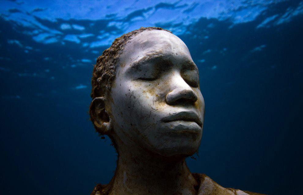 «Кораллы «раскрашивают» скульптуры, рыбы создают атмосферу, вода обеспечивает настроение. И
