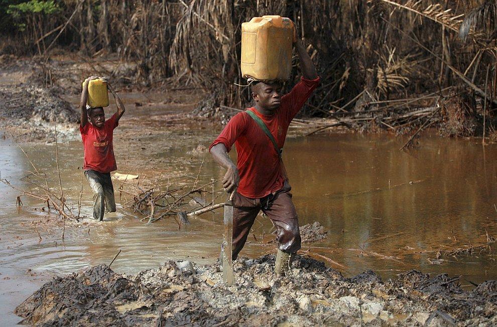 Вероятно так выглядят трудовые будни в аду . Но это Нигерия 27 ноября 2012. (Фото Akintunde A