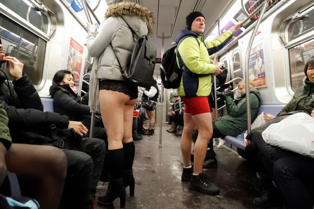 При этом люди старательно делали вид, что отсутствие штанов ничего не меняет в жизни подземки, хотя