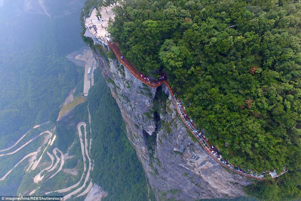 В Китае открыли новый стеклянный мост над бездной, который не каждый отважится перейти (13 фото)