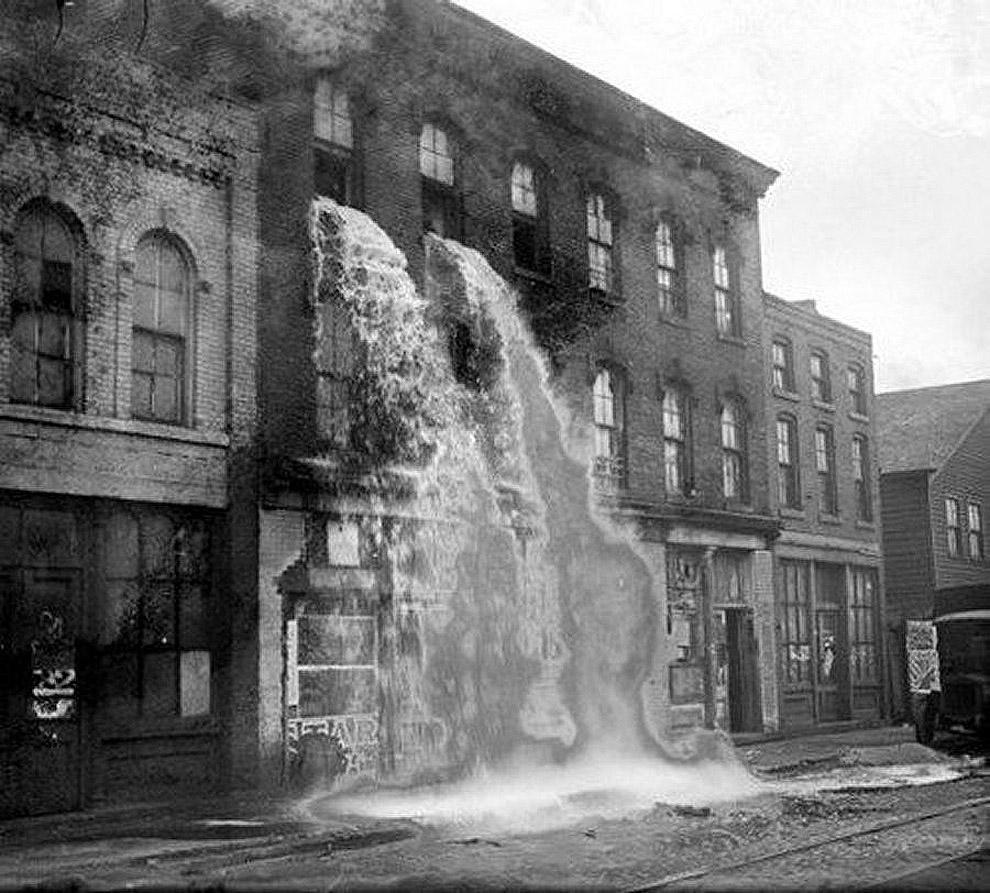 37. Выливают незаконный алкоголь во время сухого закона в Детройте, 1929 год.