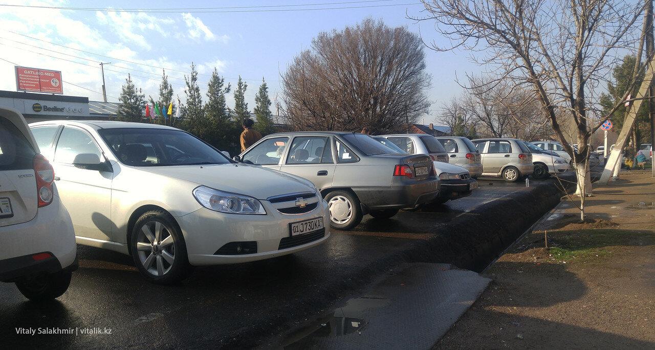 Автопарк возле границы Узбекистана