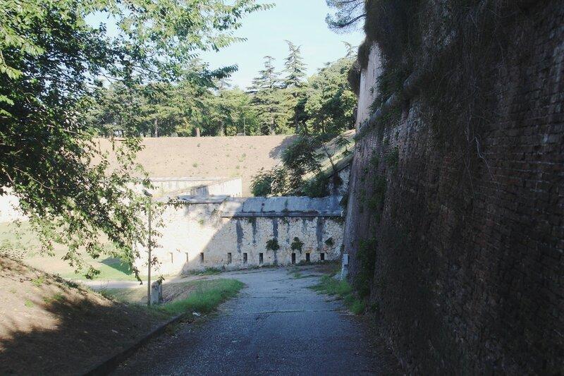 Верона. Ворота, стены и арсенал.