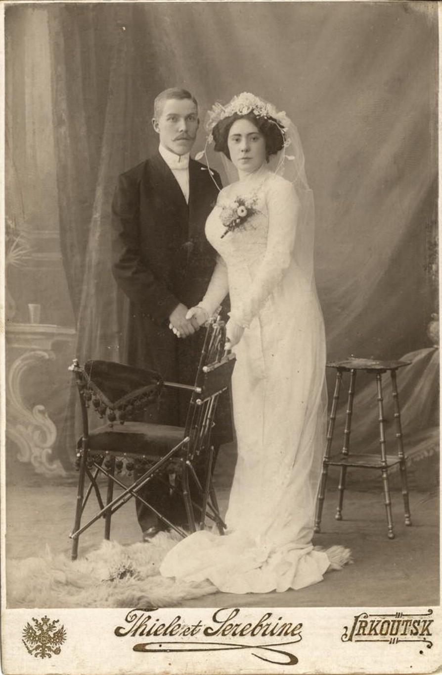 Супружеская пара преподавателей Книжник в свадебных нарядах