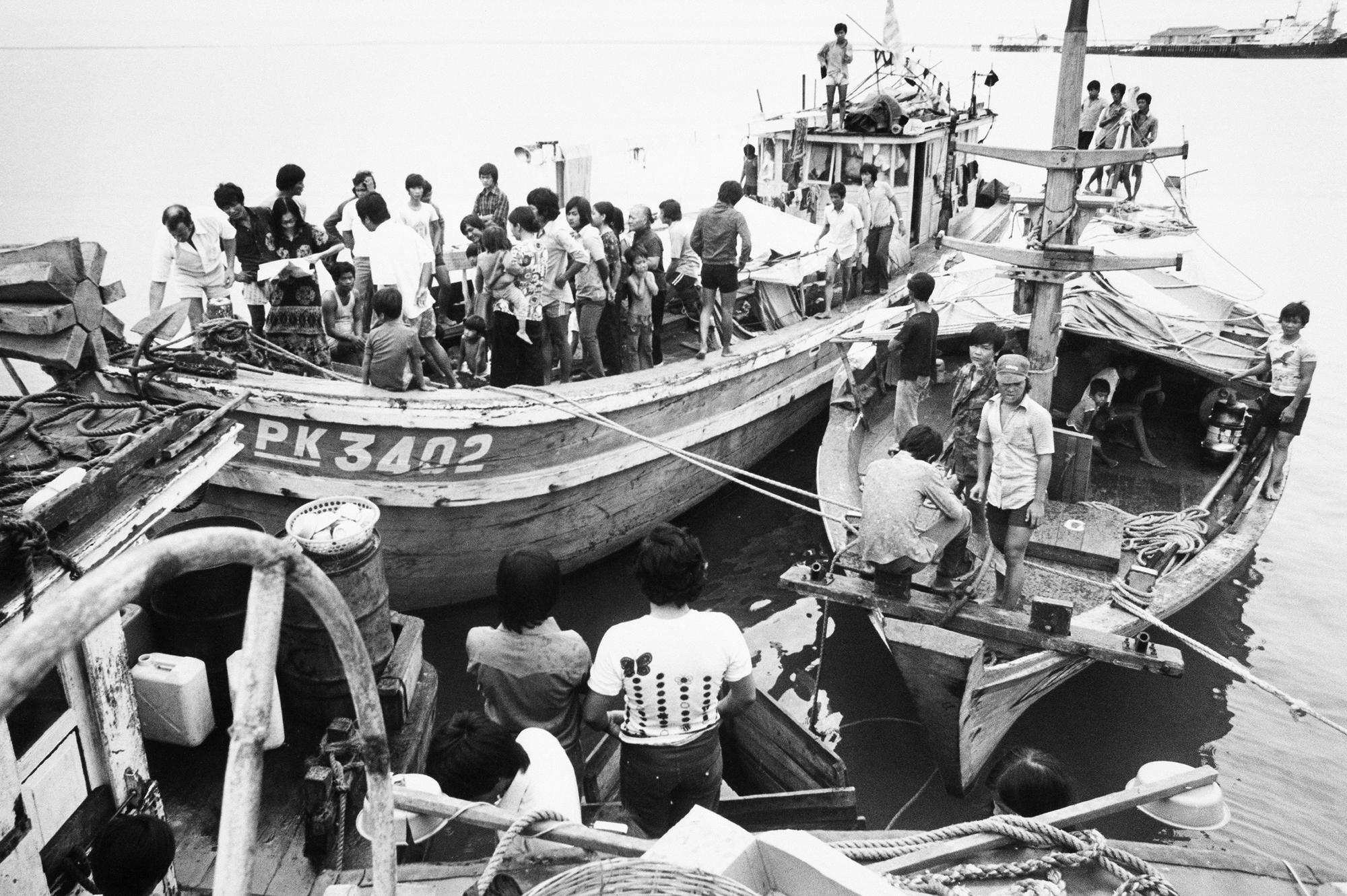 «Люди в лодках». Два  небольших деревянных рыболовных судов в Дарвинской гавани 2 ноября 1977 года