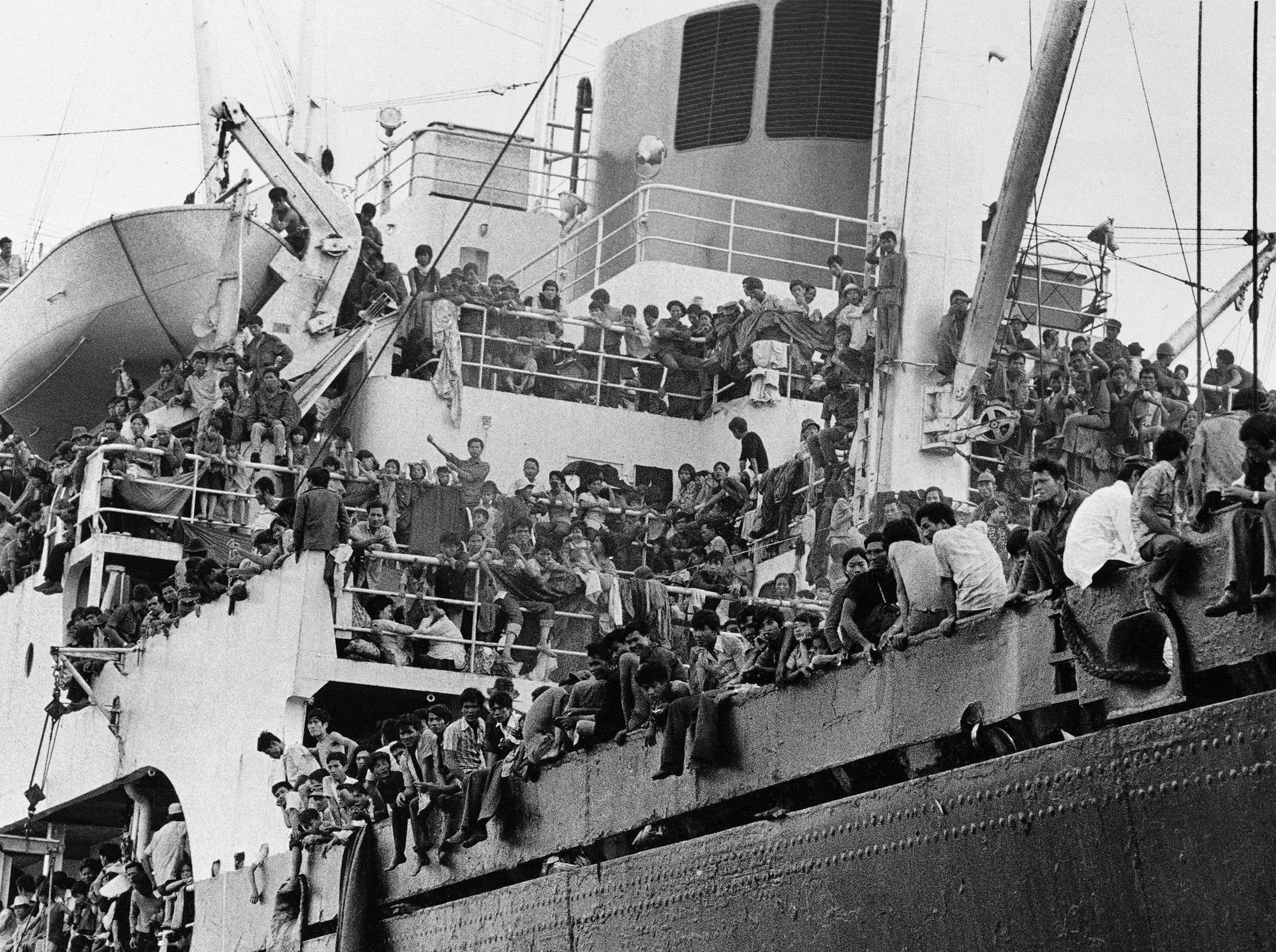 Вьетнамские беженцы столпились на борту корабля