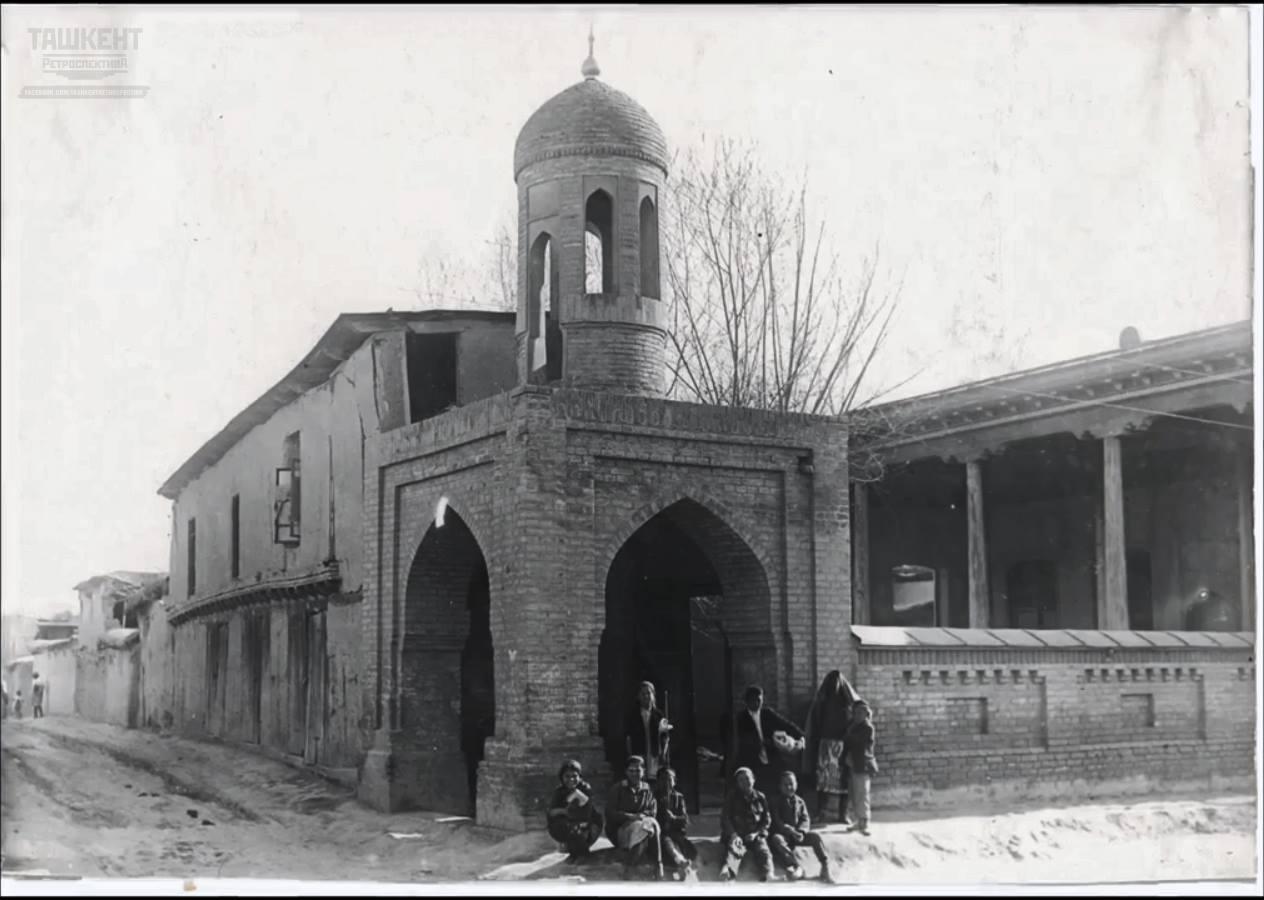 Гульдаста и мечеть на одной из улочек старого Ташкента