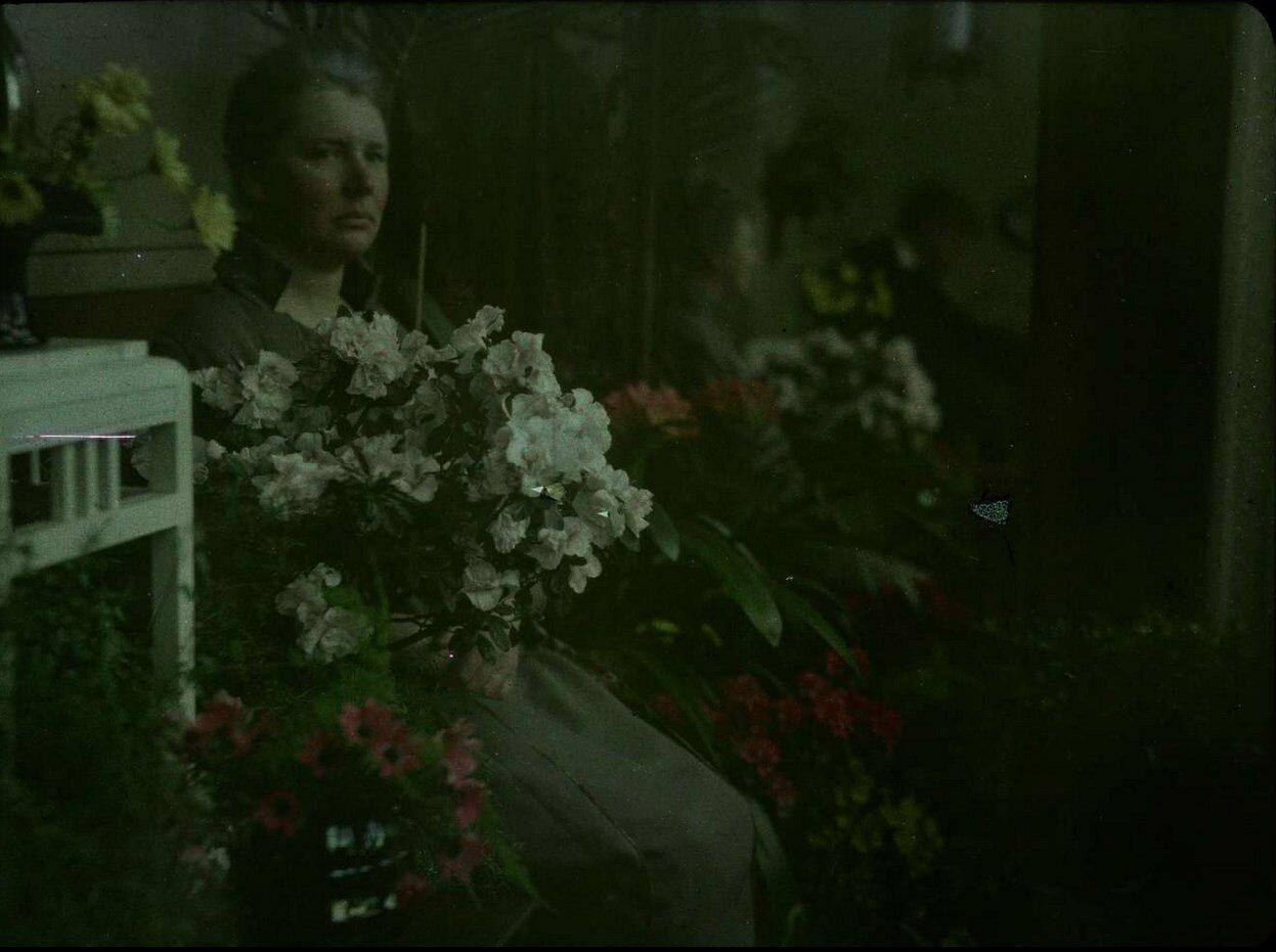 1910. Портрет Эджи, сидящей среди цветов