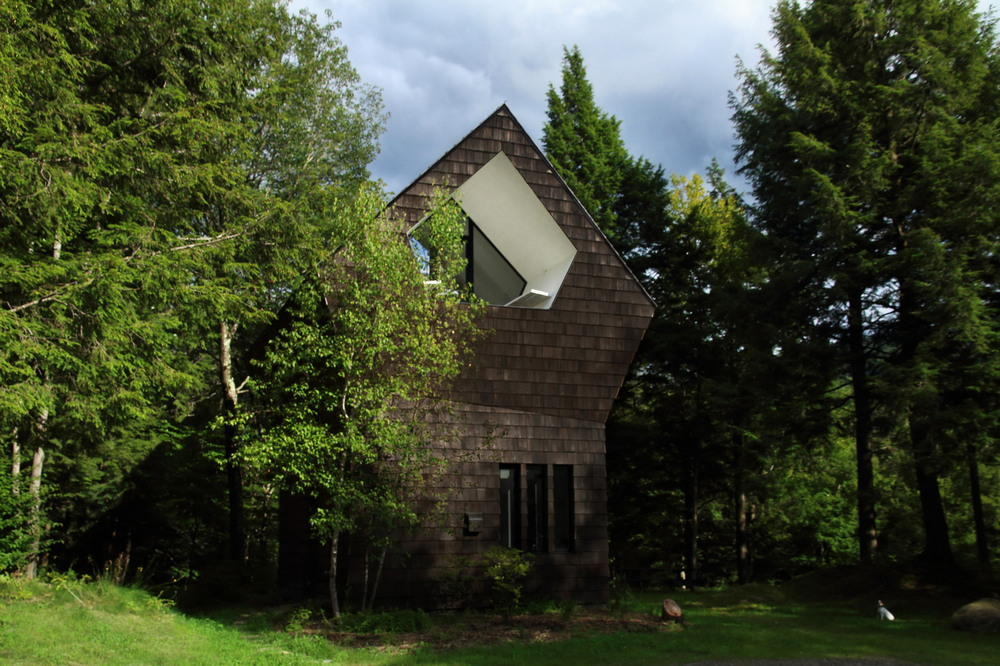 Сарай в канадском лесу превратили в уютный домик