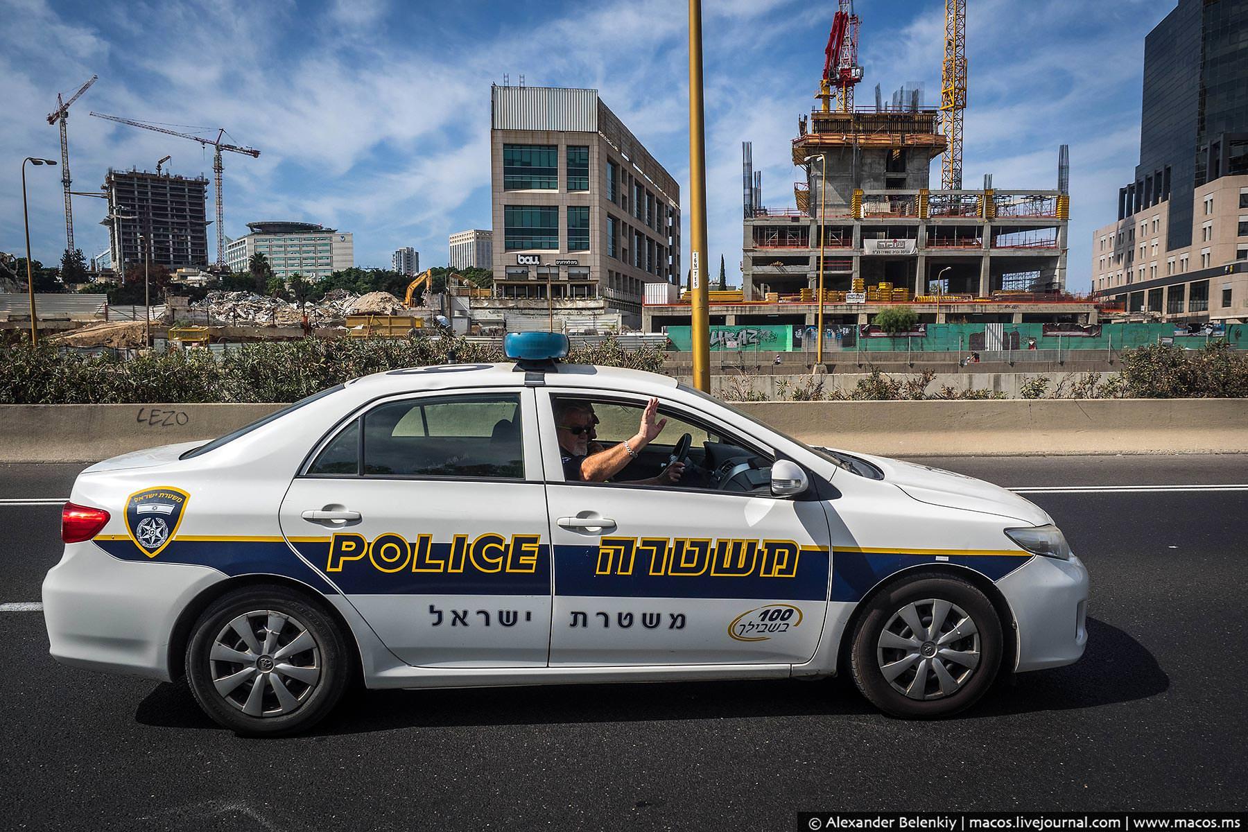 Пока я стоял на Аялоне и записывал видеотрансляцию, мимо проезжала полицейская машина. Служители пор
