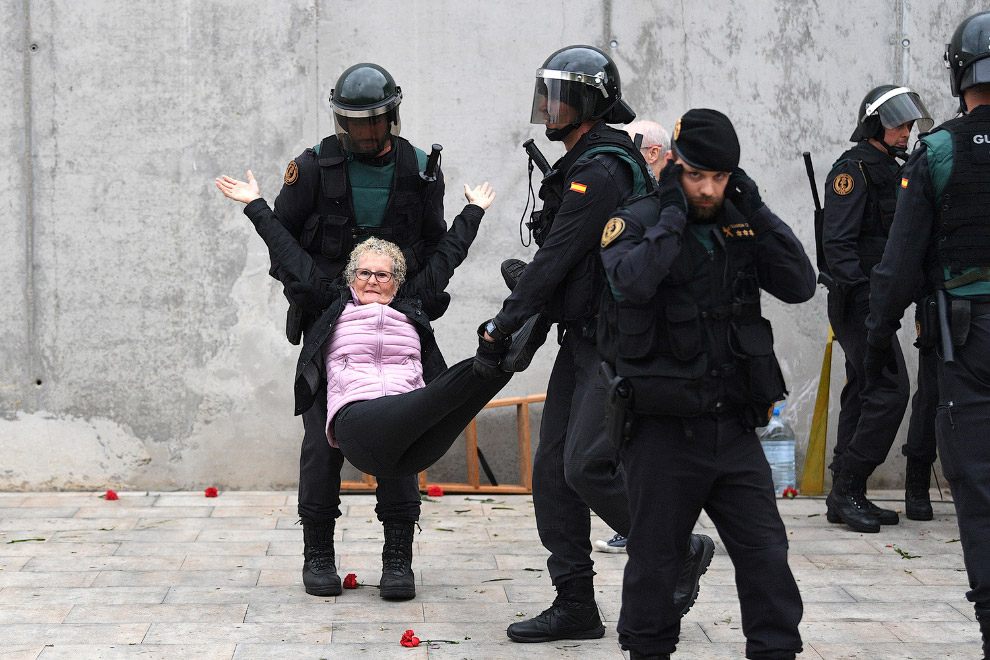 15. Тем временем, голосование в Барселоне закончилось, пора вскрывать урны. (Фото Dan Kitwood):