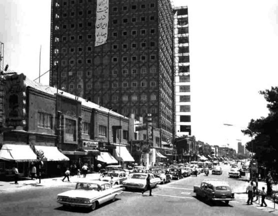 10. Фото улицы Стамбула в 1965 году. Модные американские автомобили не были редкостью на улицах Теге