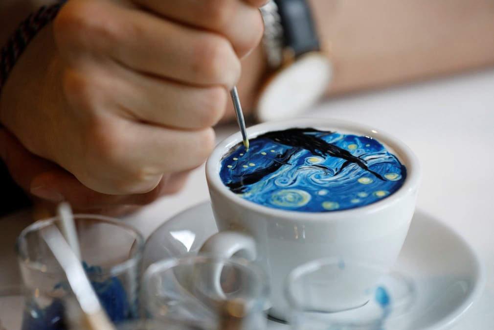 Работая крошечными кистями, 26-летний художник использует густые сливки, окрашенные пищевой краской.