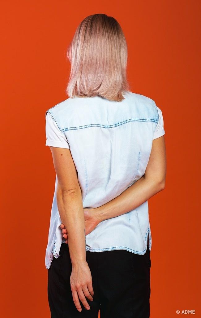 Когда вызаспиной держите свою руку запредплечье— это сильный негативный сигнал для окружающих. П