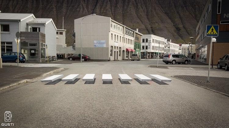 Ты не собьешь: 3D-зебра не дает водителям убивать пешеходов (3 фото)