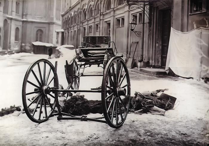 04-Разрушенная взрывом карета, в которой находился Великий князь Сергей Александрович