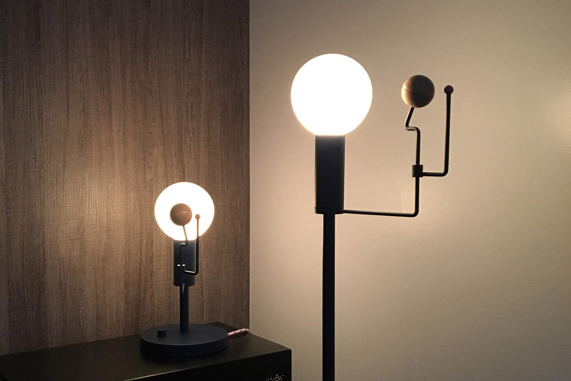 This lamp reproduces the movement of the Earth and the Moon around the Sun (8 pics)