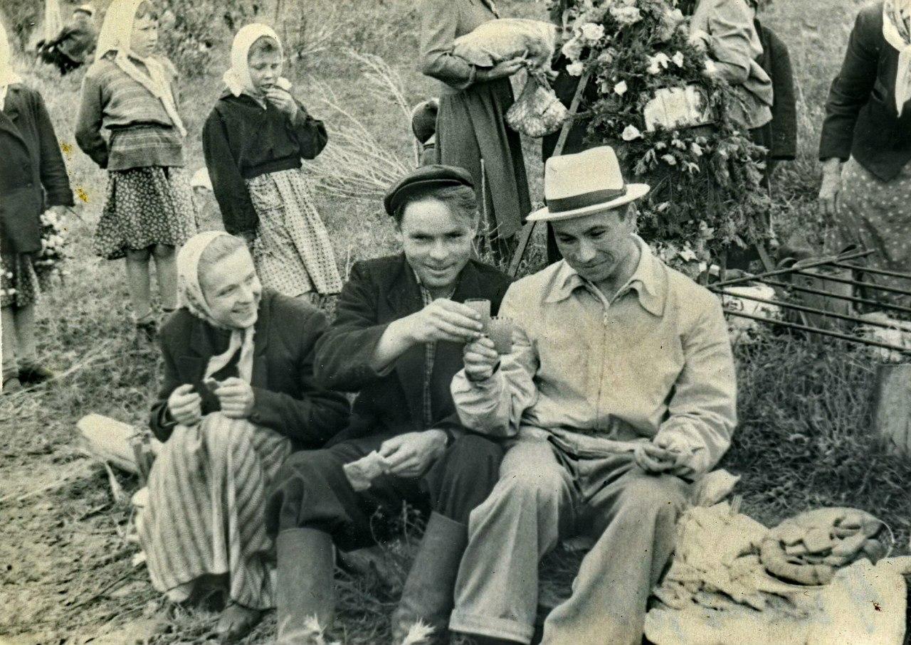 1960.Поминальная бражка на Троицу.Полозово. 4 июня