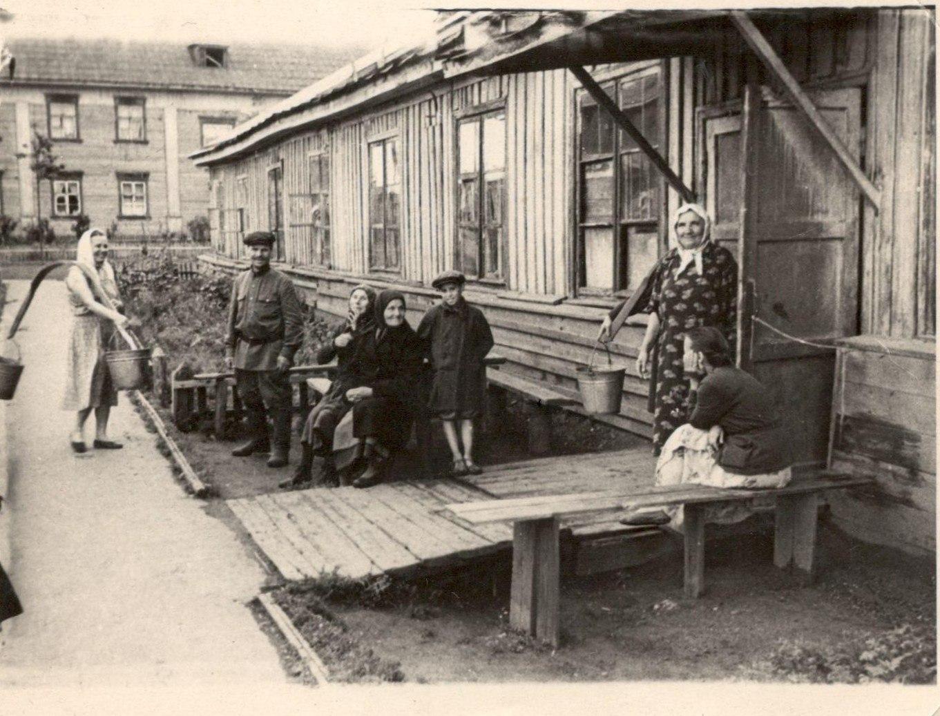 1958-1959. Загарье, жилой барак на Нейвинской, 11