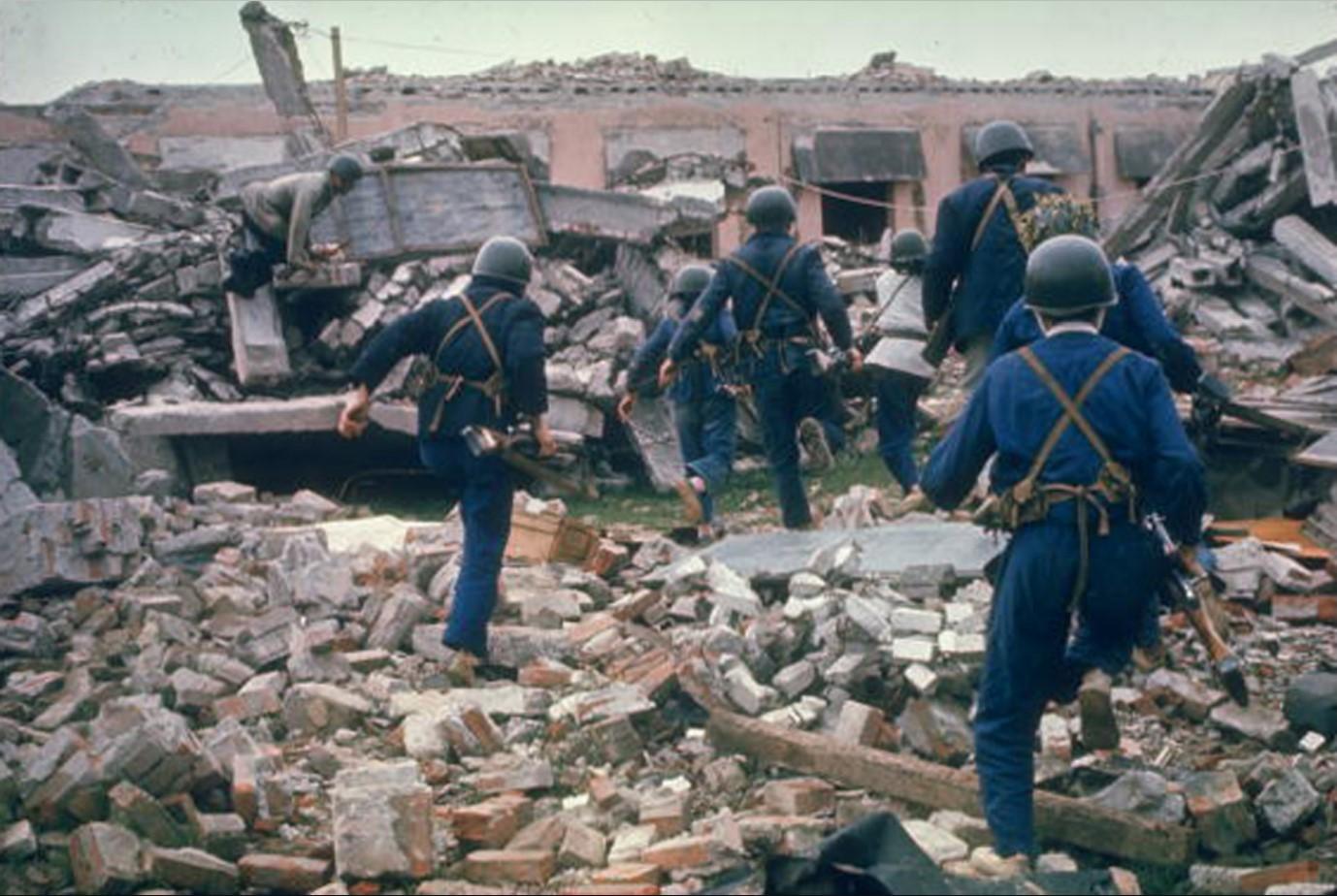 Северовьетнамская милиция, бегущая среди руин в поисках убежища