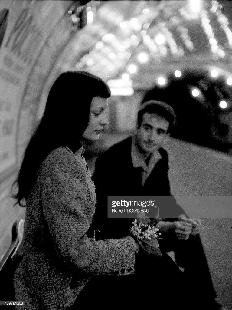 1953. Пара влюбленных в парижском метро