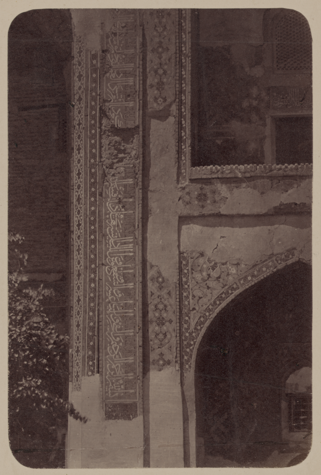 Медресе Шир-Дор. Внутренний двор  (западная сторона). Надпись по правую сторону главной ниши