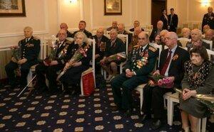Глава государства вручил ветеранам памятные медали
